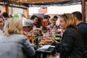 Menschen feiern im Restaurant
