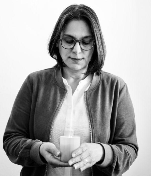 Serpil Midyatli mit einer Kerze